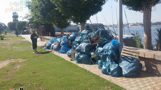 العمال يشاركون فى المبادرة لرفع القمامة
