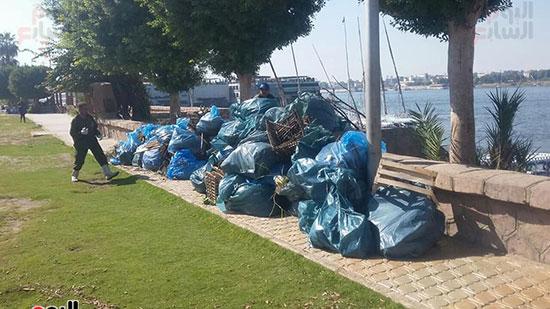 جانب من القمامة التى خرجت من النيل