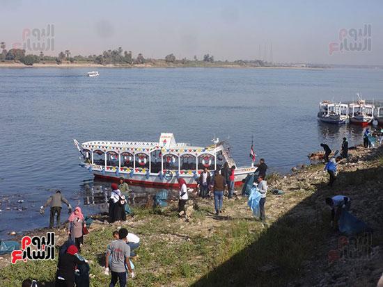 الشباب يشاركون فى مبادرة تنظيف نهر النيل بالأقصر