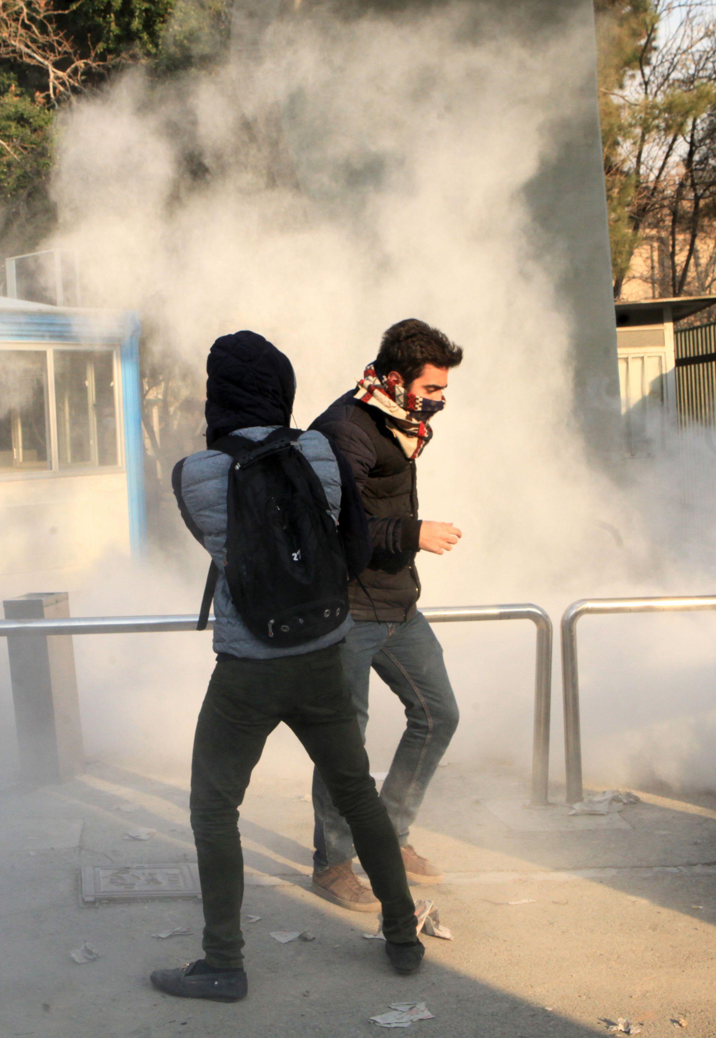 671359-الشرطة-الايرانية-تطلق-الغاز-المسيل-للدموع-على-المتظاهرين