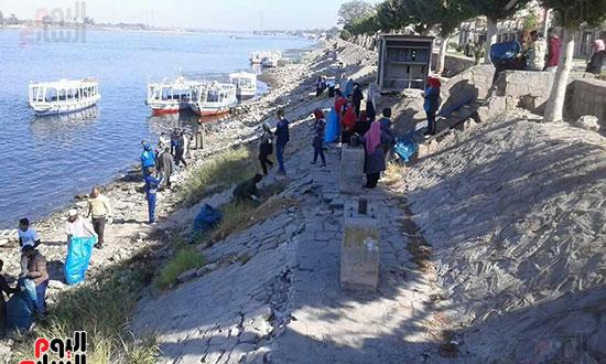 عشرات الشباب يشاركون فى مبادرة تنظيف النيل
