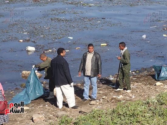 جانب من حملات تنظيف نهر النيل فى الأقصر