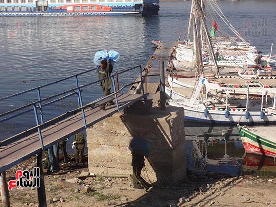 العمال يرفعون القمامة من نهر النيل