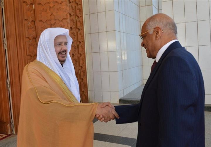 رئيس مجلس النواب يصافح عبد الله بن إبراهيم آل الشيخ