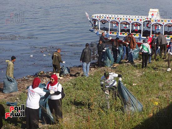 """خريجو الأزهر والأجانب والشباب يسطرون ملحمة """"تنظيف نهر النيل"""""""