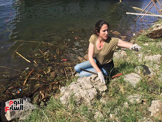 فتاة فرنسية تشارك فى مبادرة تنظيف النيل