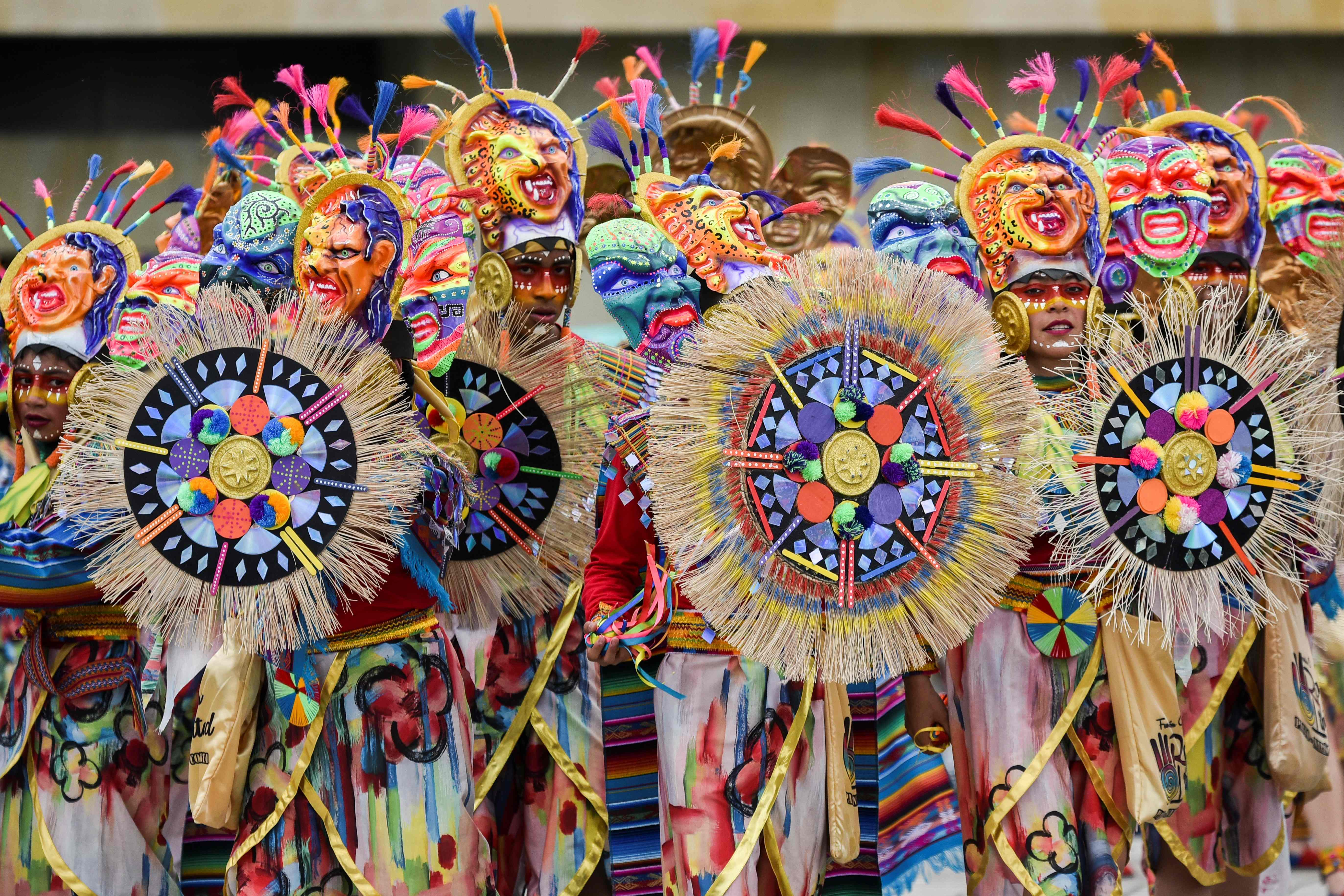 الآلاف يشاركون فى مهرجان السود والبيض بكولومبيا