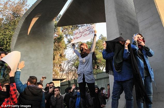 ايرانية أمام باب جامعة طهران