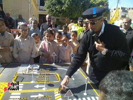 مدير مرور الأقصر خلال شرح القواعد المرورية لتوعية طلبة المدرسة