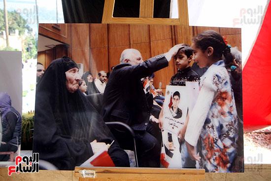 صور لرئيس الوزراء العراقى خلال تكريمه أسر الشهداء عرضتها سفارة العراق بمصر