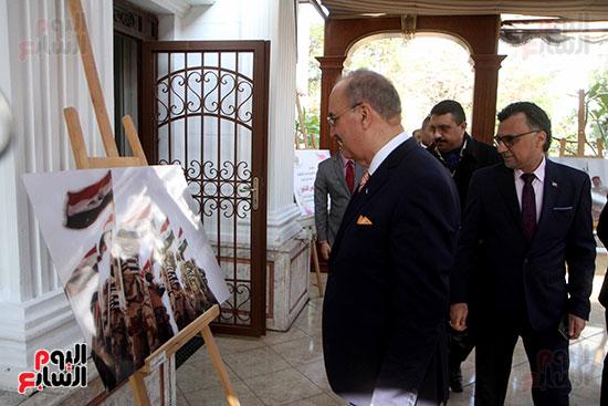 سفير العراق فى القاهرة يتفقد صور احتفالية السفارة العراقية بعيد النصر