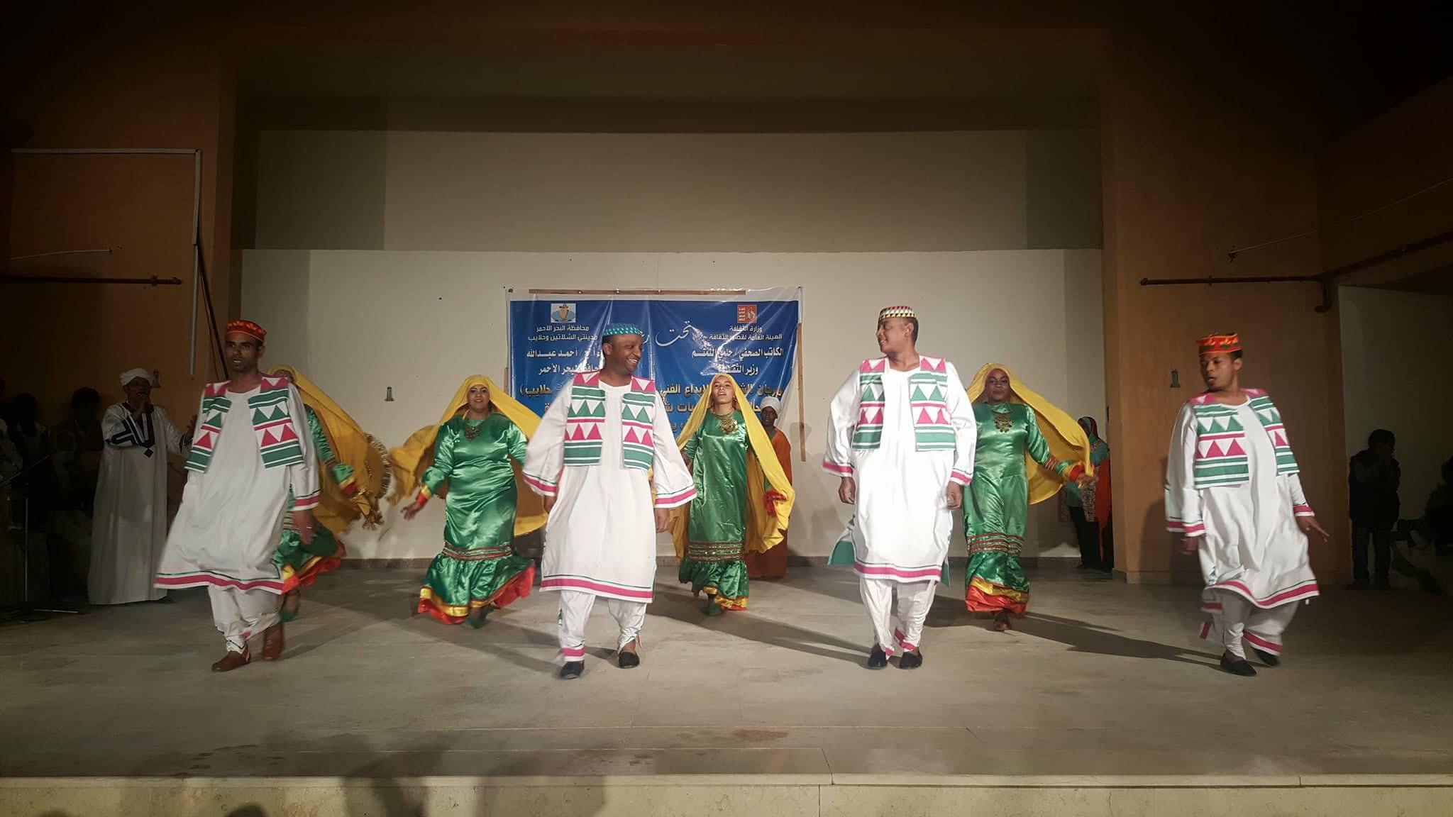 فرقة أسوان للفنون الشعبية تختتم عروضها الفنية بمهرجان الشلاتين للإبداع الفنى (8)