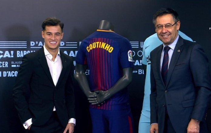 كوتينيو مع قميصه ورئيس برشلونة