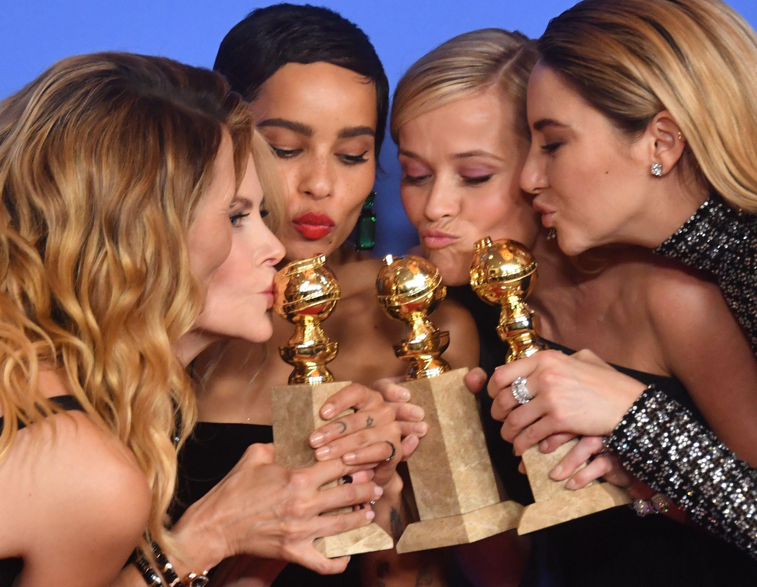 صور تذكارية مع الجوائز لنجمات هوليوود