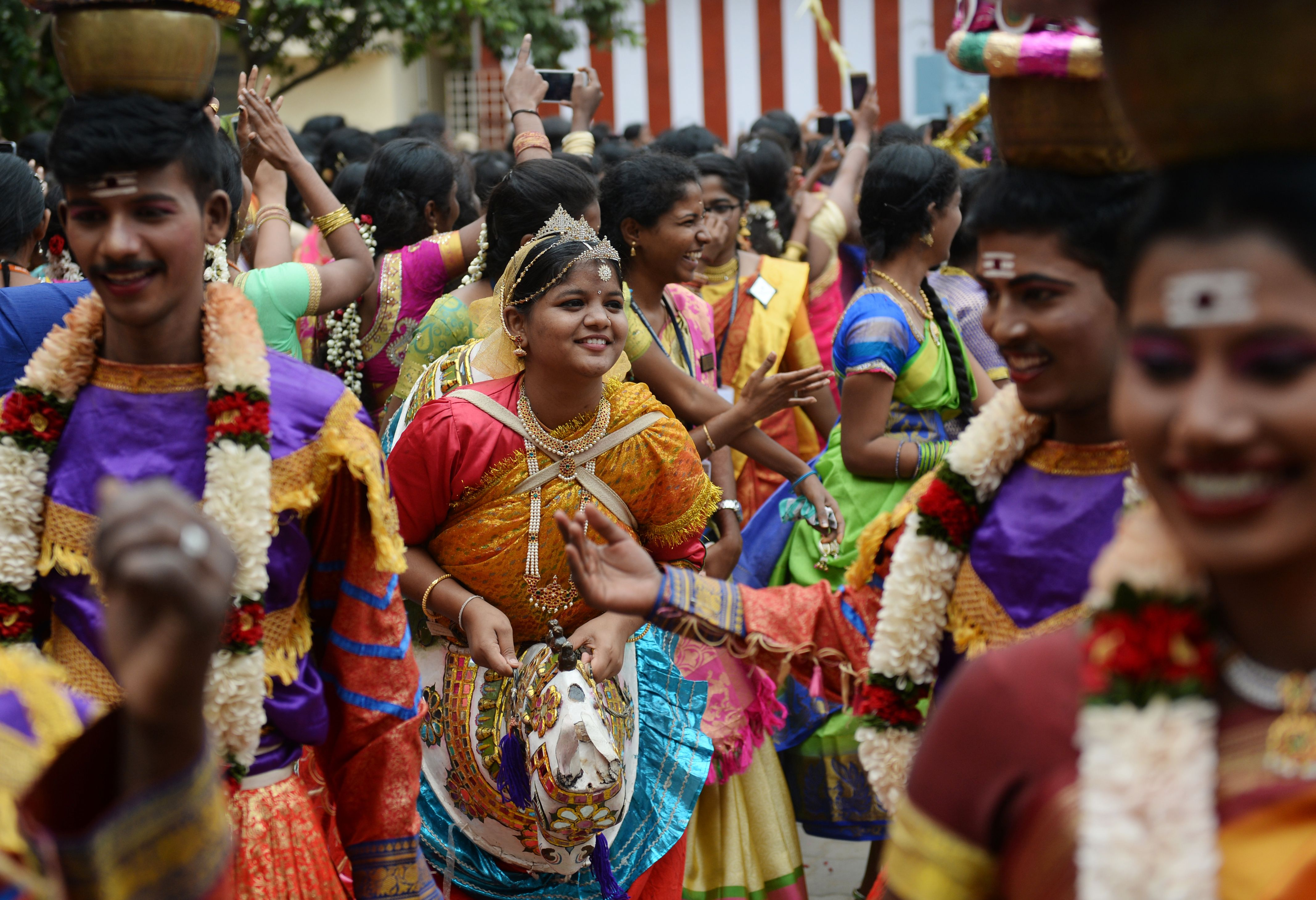 طلاب يحتفلون بمهرجان الحصاد