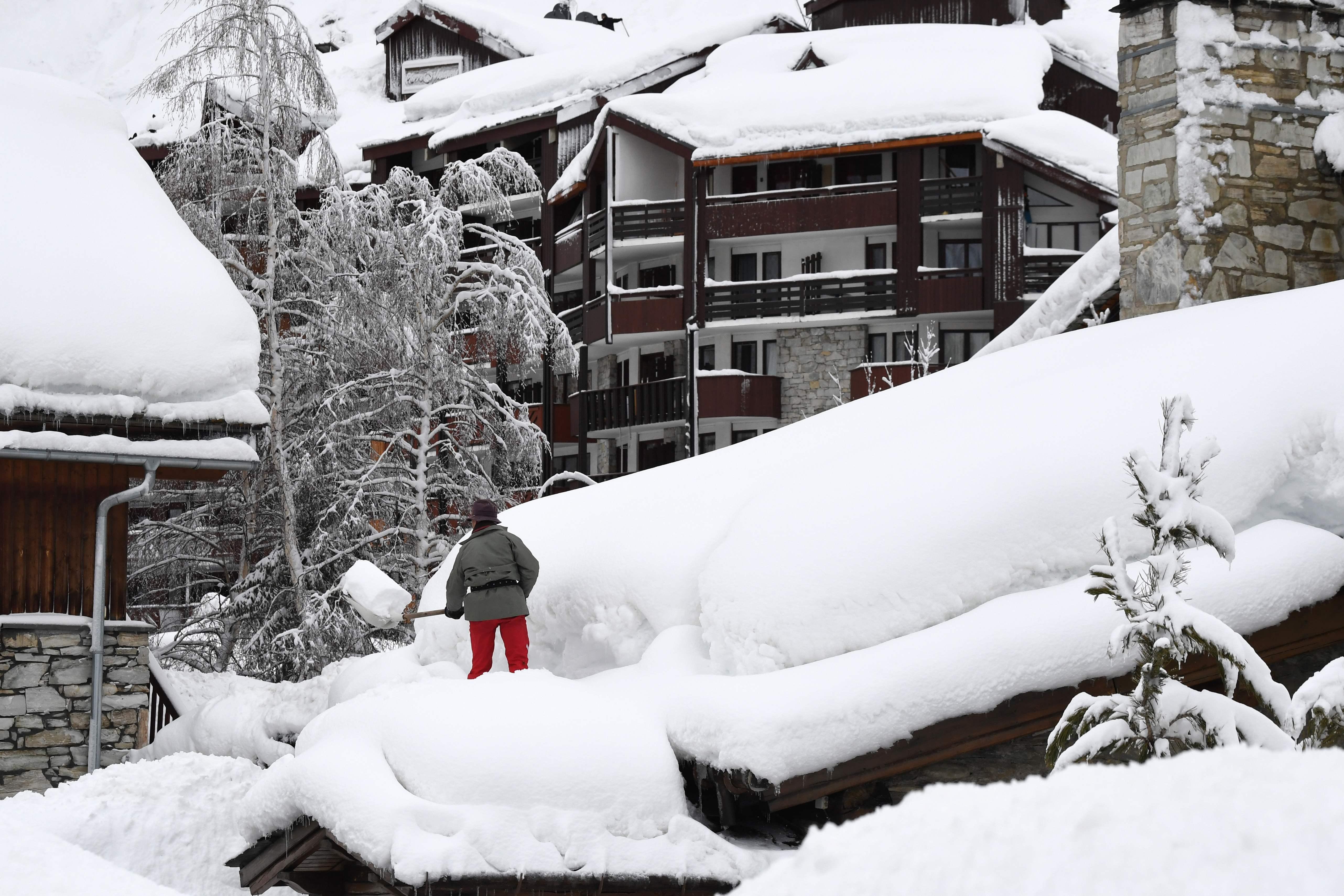 شخص وسط الثلوج