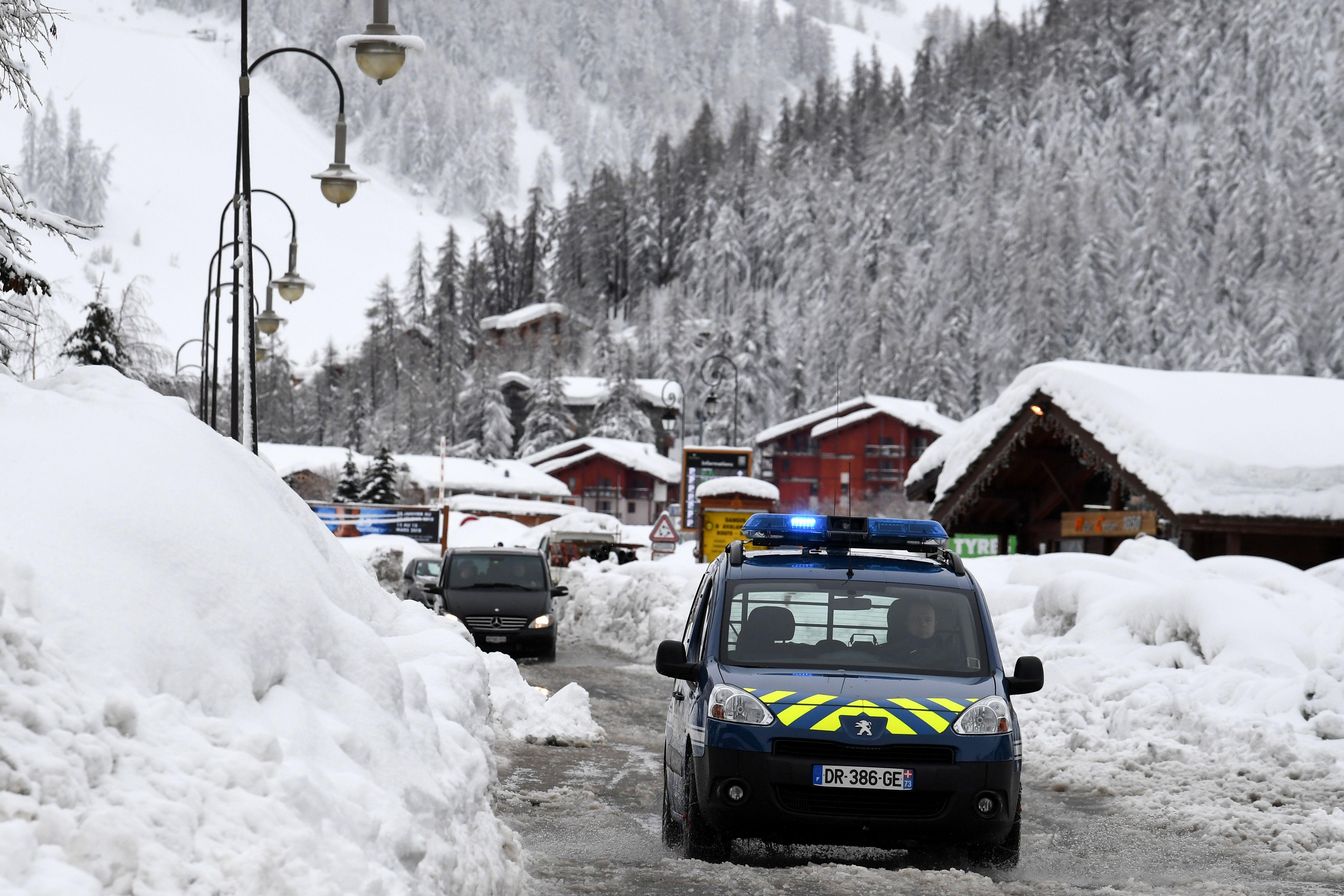 سيارة تسير وسط الثلوج