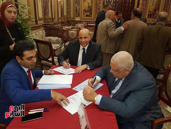 نواب البرلمان يحررون توكيلات ترشيح الرئيس السيسى  (1)