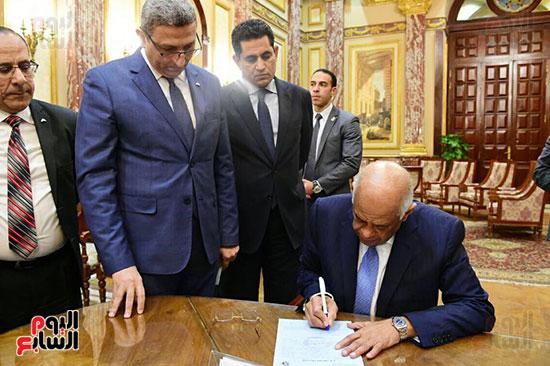 نواب البرلمان يحررون توكيلات ترشيح الرئيس السيسى  (8)