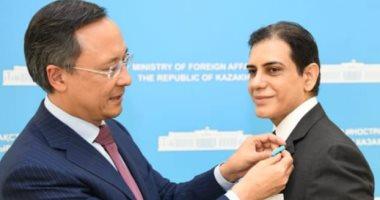 منح السفير المصري بكازاخستان هيثم صلاح وسام وشهادة الاستحقاق