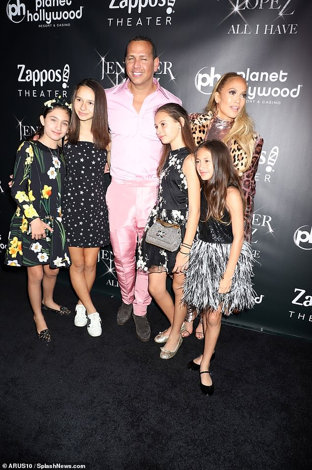 جينيفر وابنتها إيما وحبيبها إليكس رودريغز مع بناته