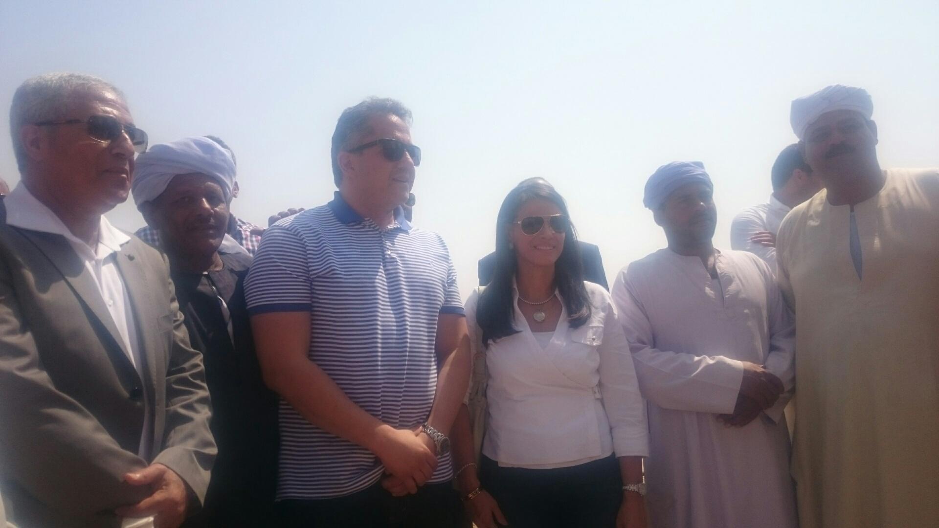 وزيرا السياحة والآثار يلتقطان صورا تذكارية مع السائحين وخفراء معابد فيلة (10)