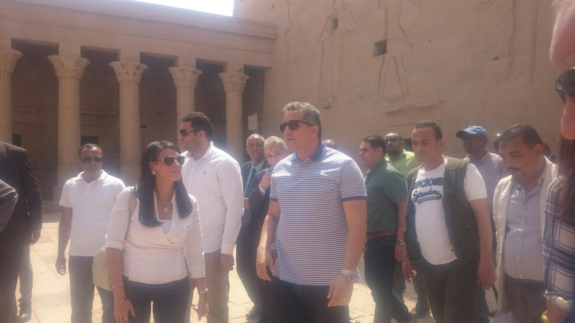 وزيرا السياحة والآثار يلتقطان صورا تذكارية مع السائحين وخفراء معابد فيلة (2)