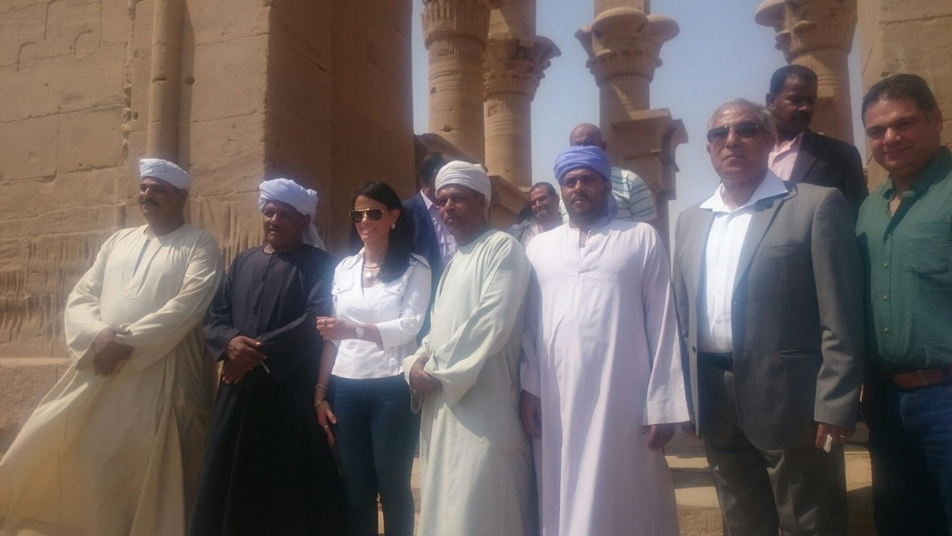 وزيرا السياحة والآثار يلتقطان صورا تذكارية مع السائحين وخفراء معابد فيلة (12)