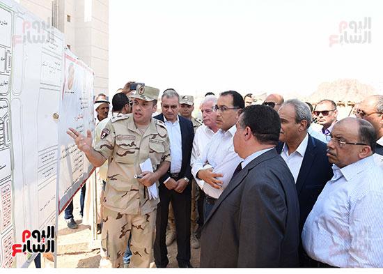 صور رئيس الوزراء يتفقد مشروع تطوير مناطق الرويسات بشرم الشيخ (4)
