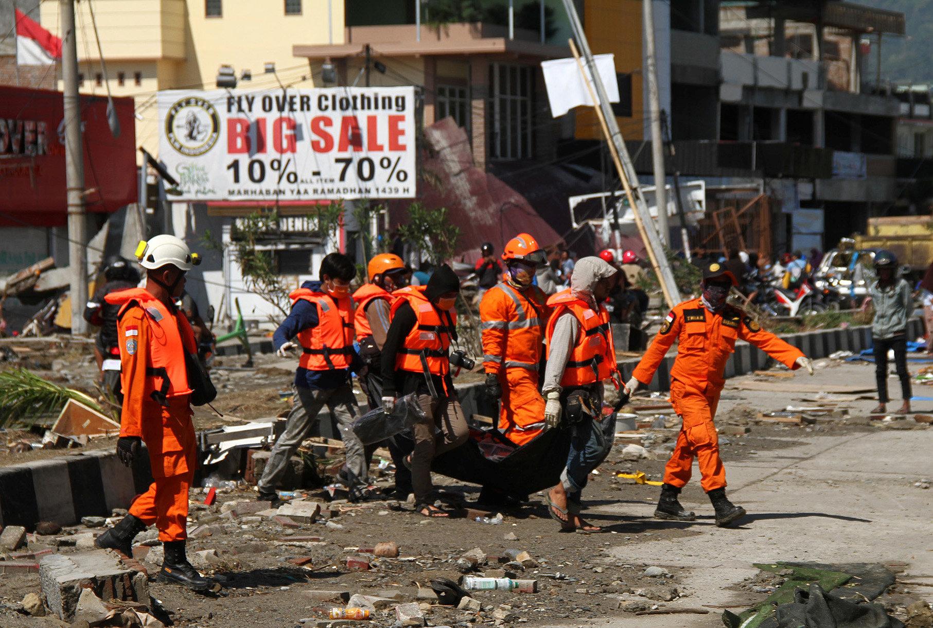 جانب من عمل رجال الإنقاذ فى اليابان