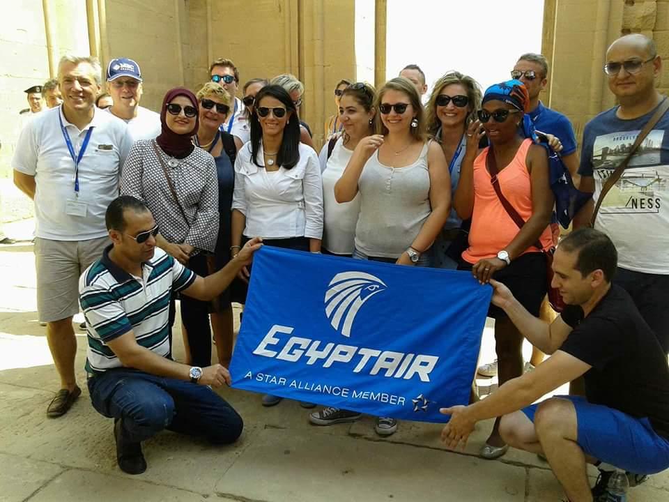 وزيرا السياحة والآثار يلتقطان صورا تذكارية مع السائحين وخفراء معابد فيلة (1)