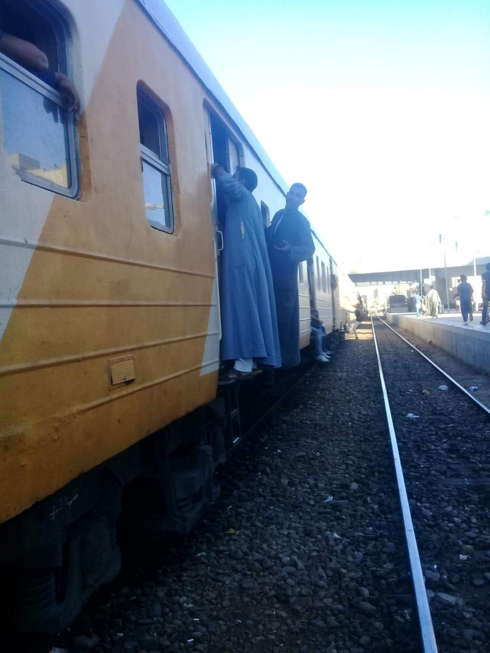 زحام شديد على قطار ركاب قنا الاقصر  (2)
