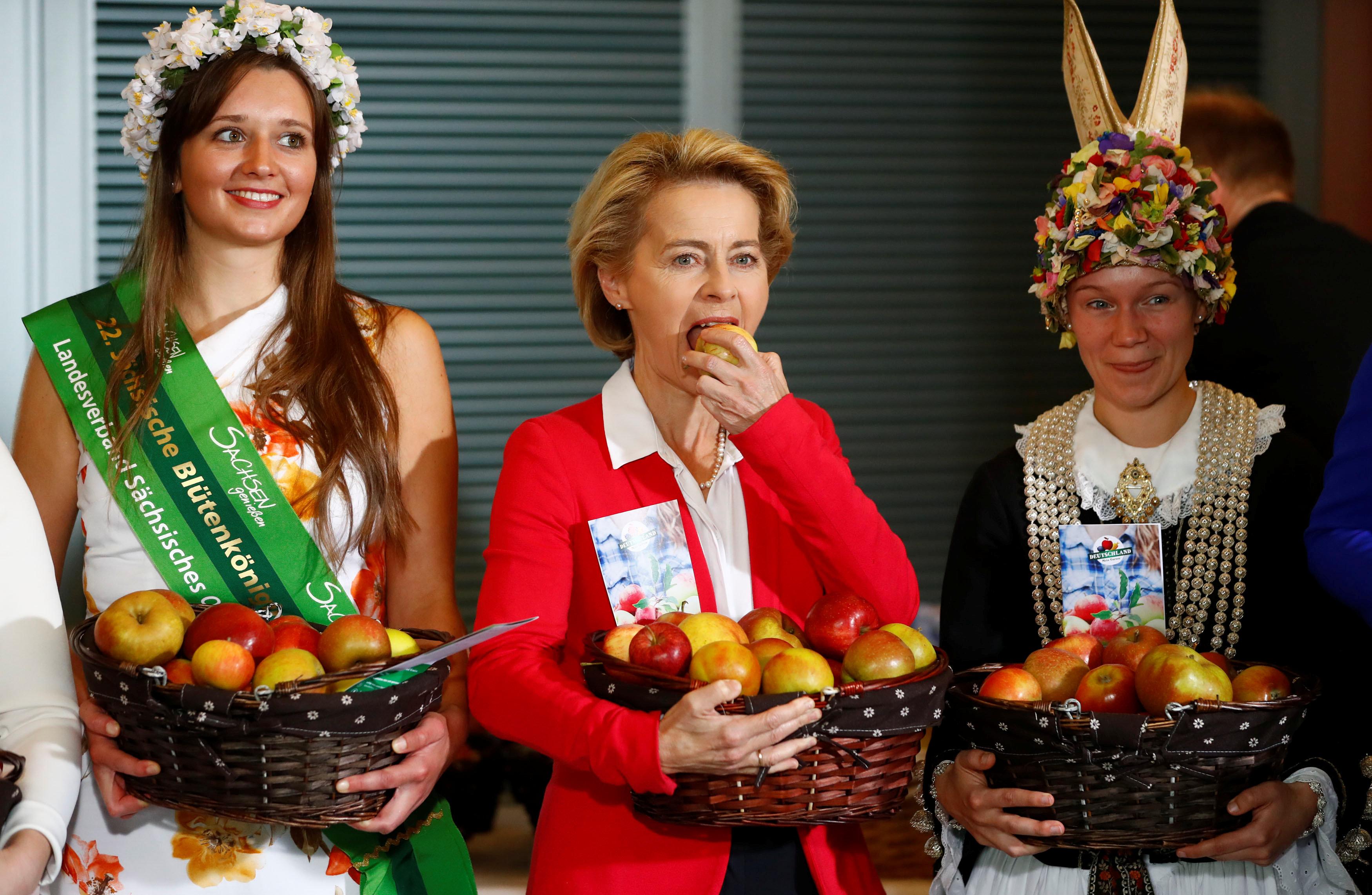 وزيرة الدفاع الألمانية تتناول التفاح
