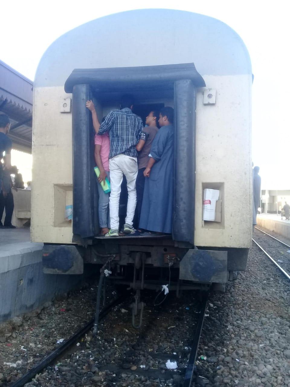 زحام شديد على قطار ركاب قنا الاقصر  (3)