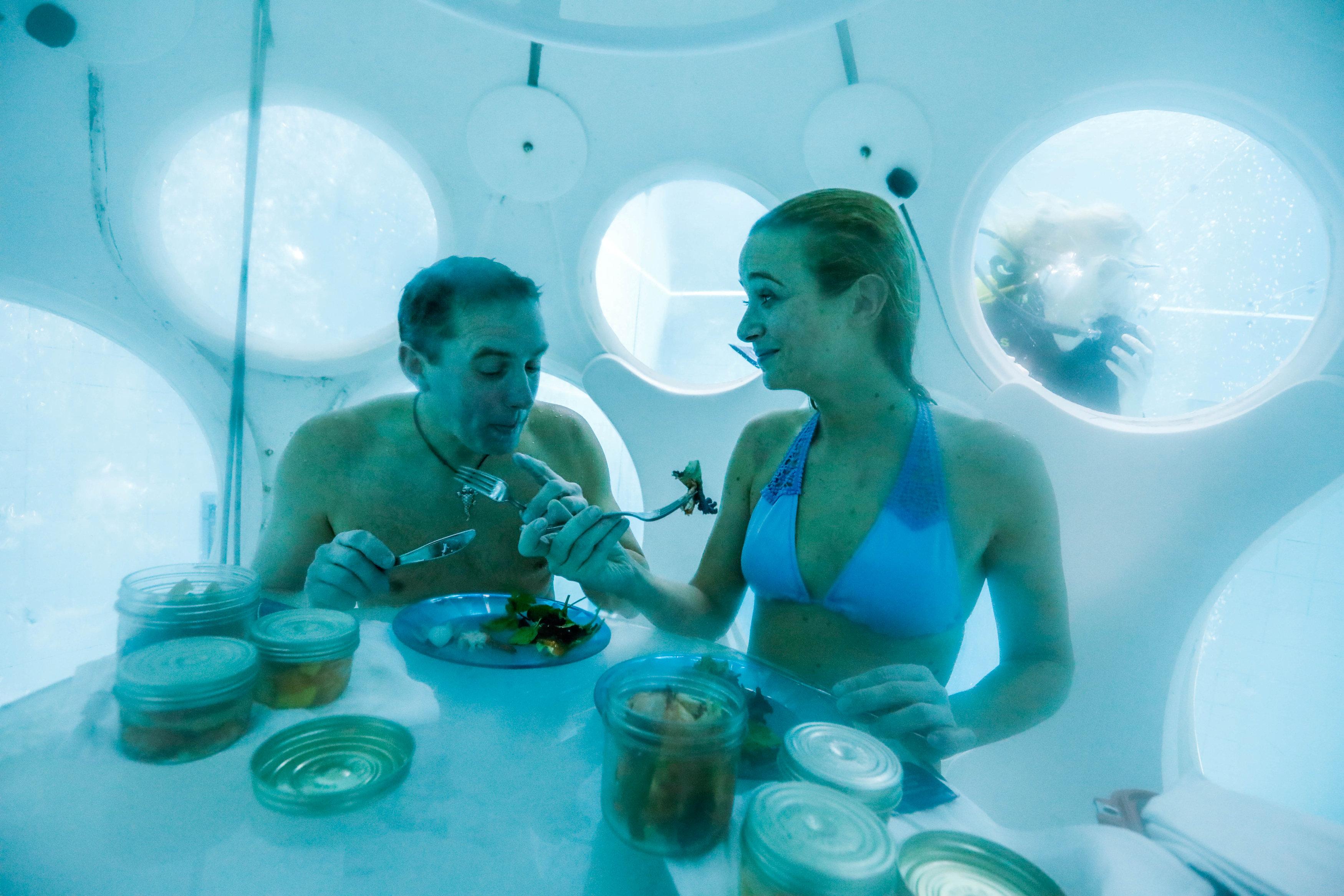 1265634-السعادة-تسيطر-على-الثنائى-البلجيكى-أثناء-تناول-الغداء-داخل-مطعم-تحت-الماء
