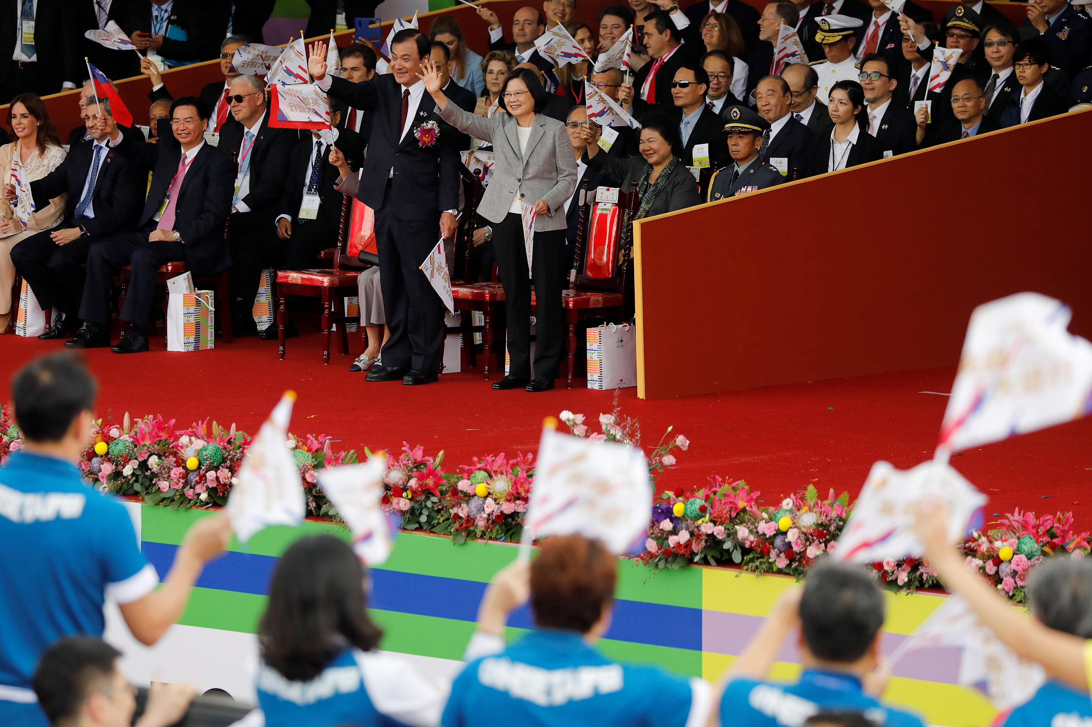الرئيسة التايوانية تلوح للجماهير لتحيتهم