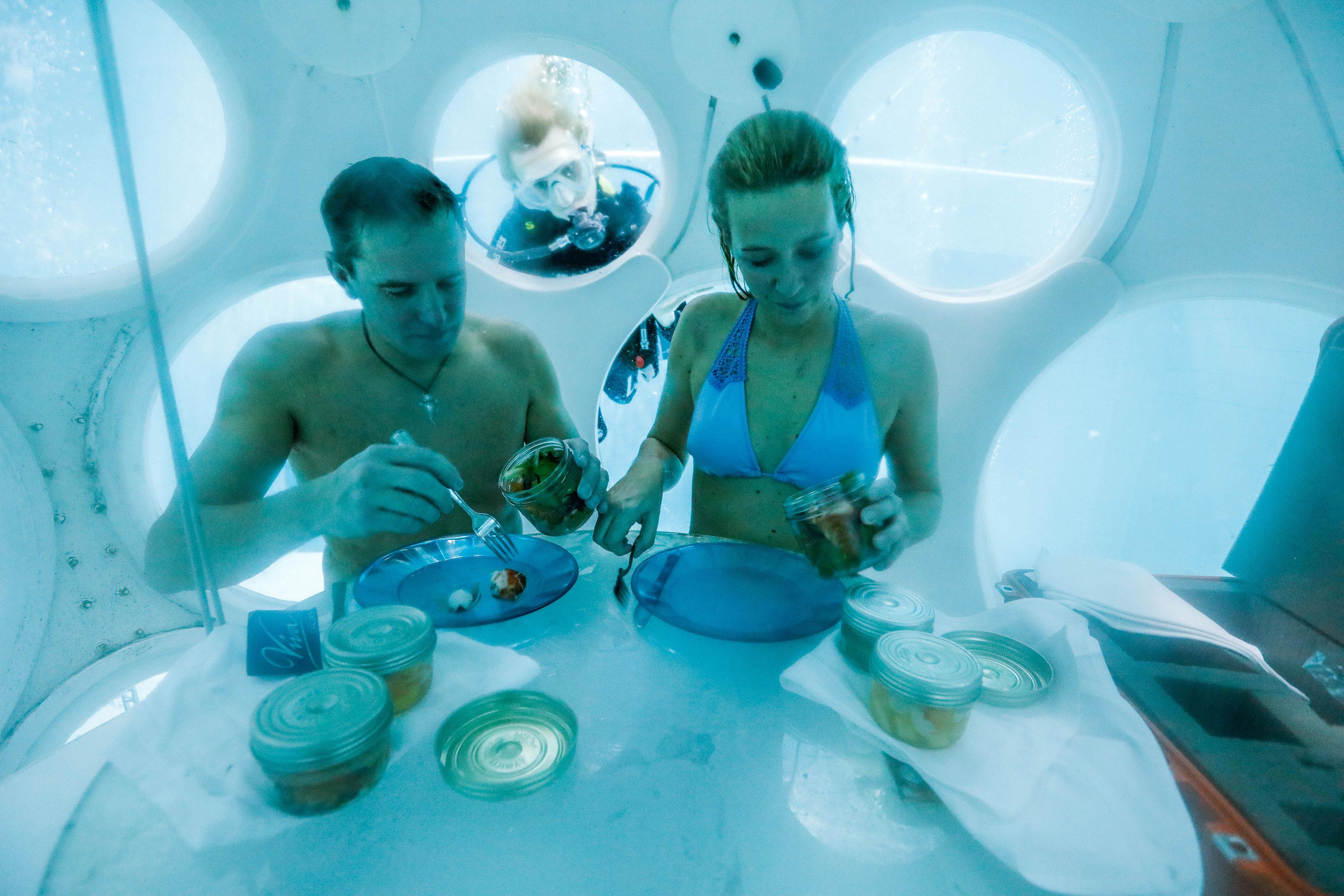 1752344-فلورنسا-ونيكولا-يتناولان-الأطعمة-داخل-المطعم-تحت-الماء