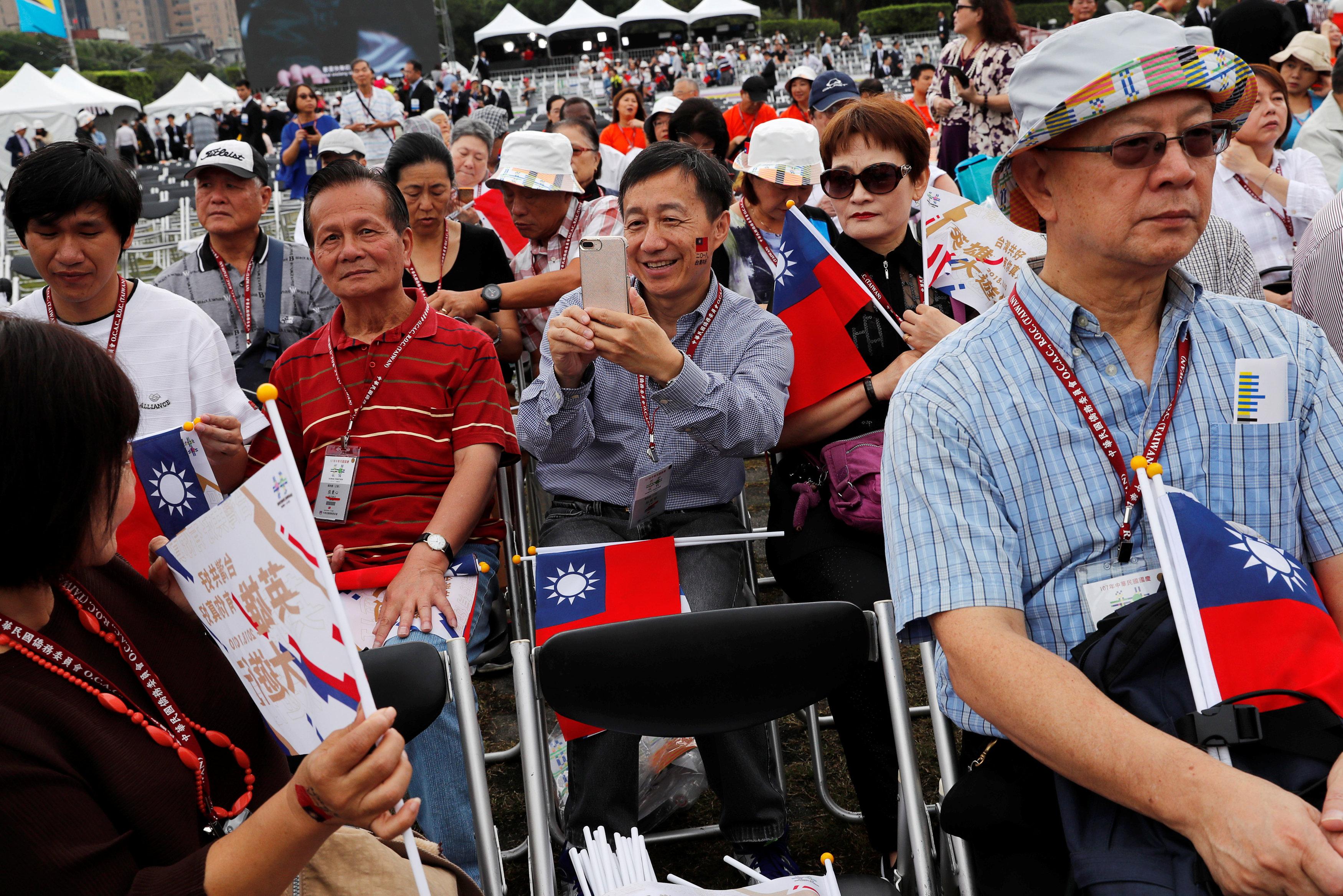 مواطنو تايوان يلتقطون الصور التذكارية