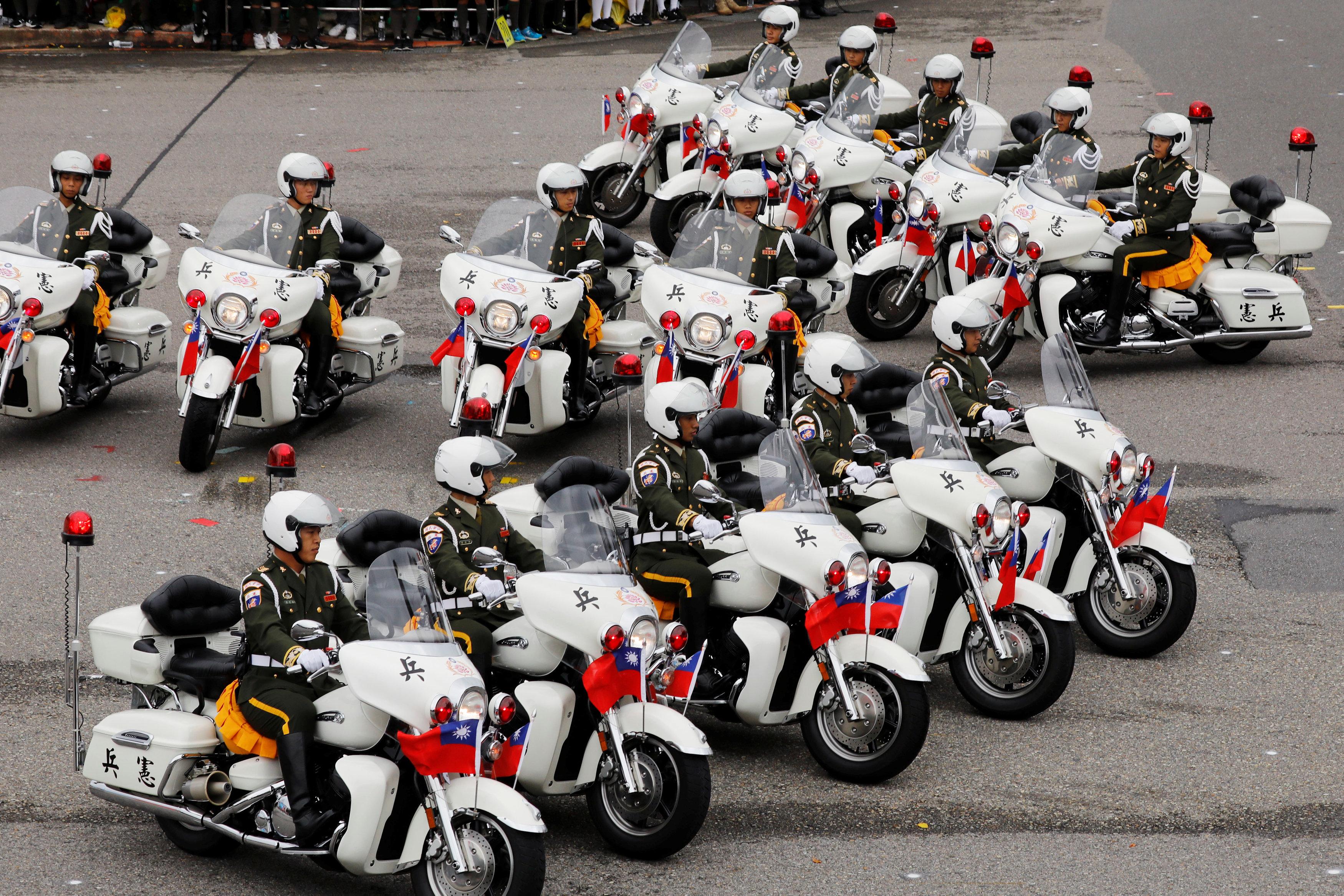 قوات الشرطة التايوانية تستعد للقيام بأحد العروض