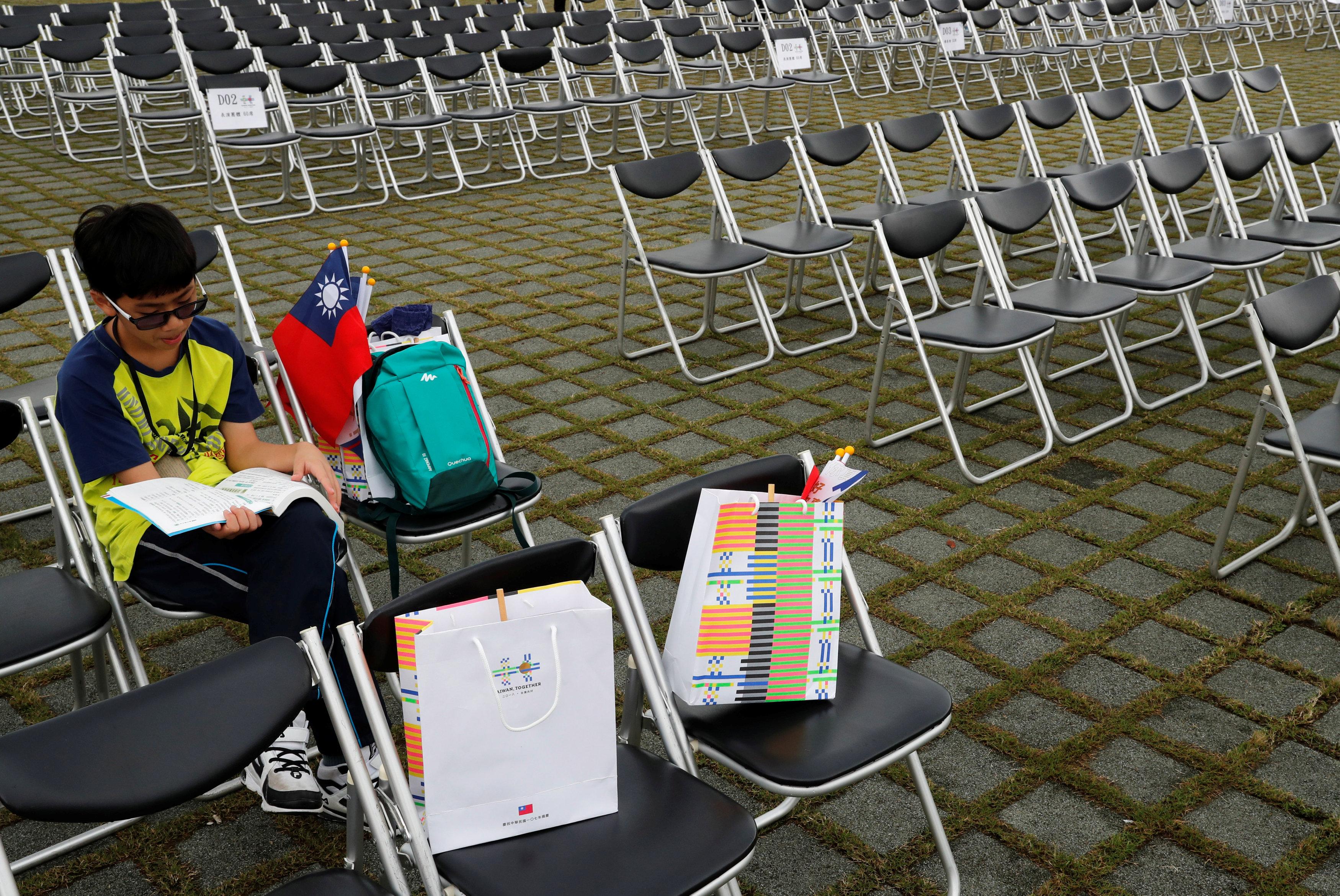 طفل يستعد للاحتفال باليوم الوطنى بالقراءة