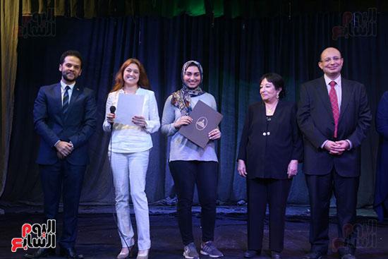 تكريم سميرة عبد العزيز بمهرجان المسرح الحر بجامعة عين شمس  (39)