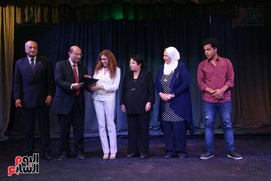 تكريم سميرة عبد العزيز بمهرجان المسرح الحر بجامعة عين شمس  (30)