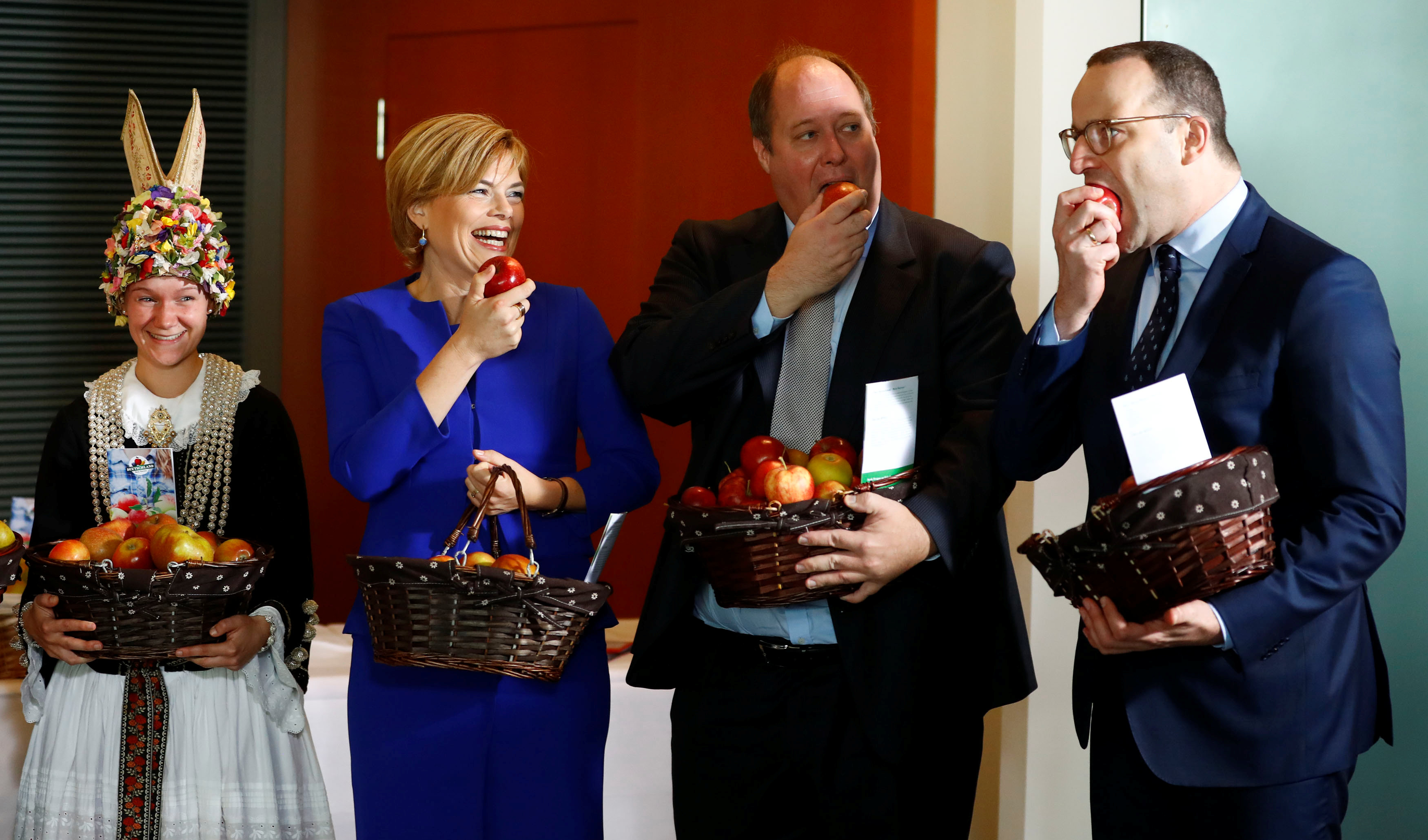 عدد من المسؤولين الألمان يتناولون التفاح