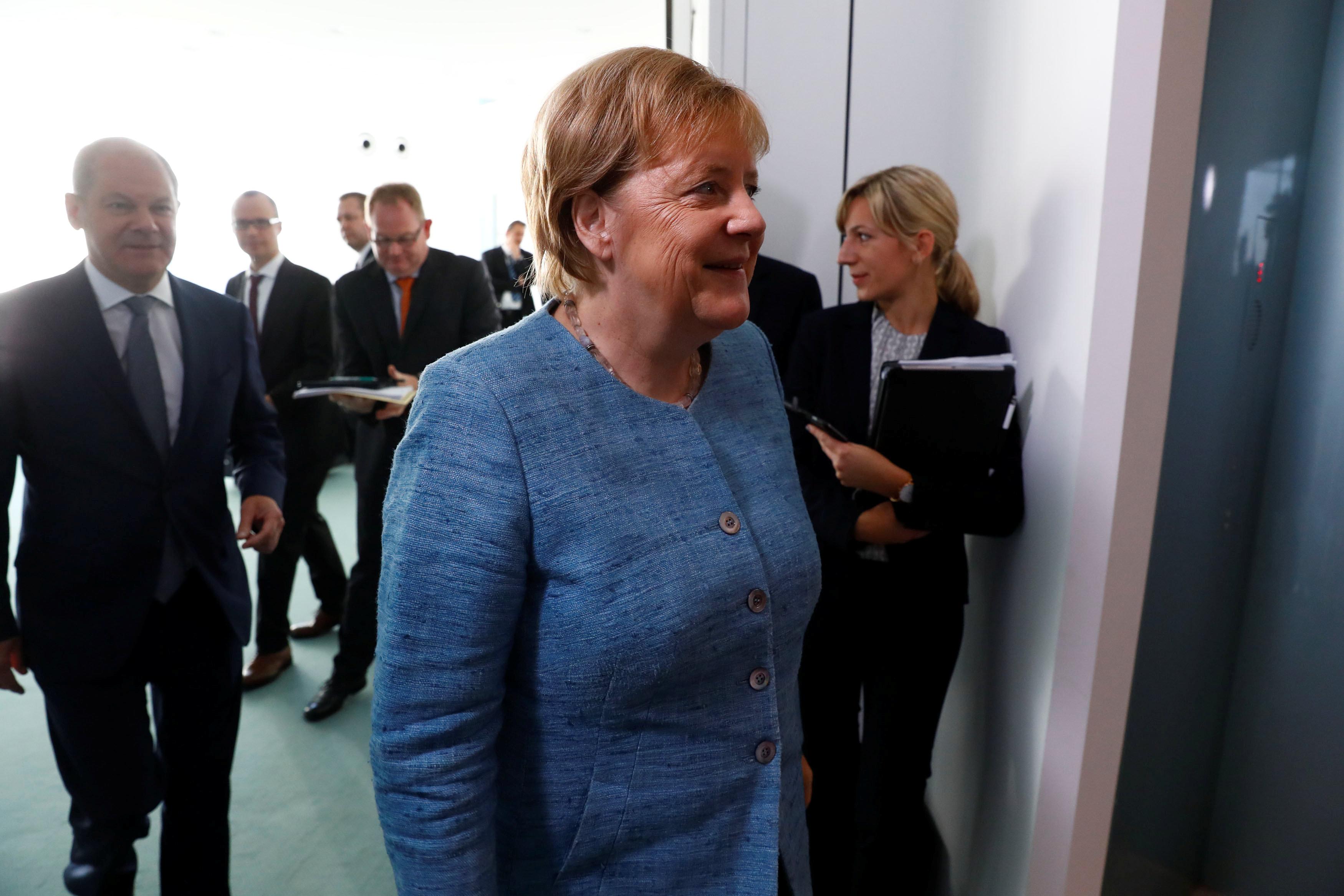 ميركل فى طريقها لمقر المستشارية الألمانية
