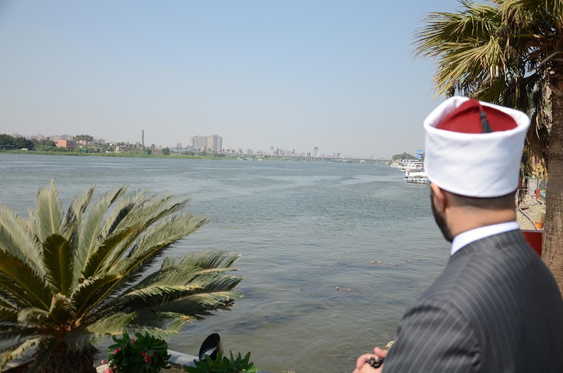الأزهرى ينظر إلى نهر النيل