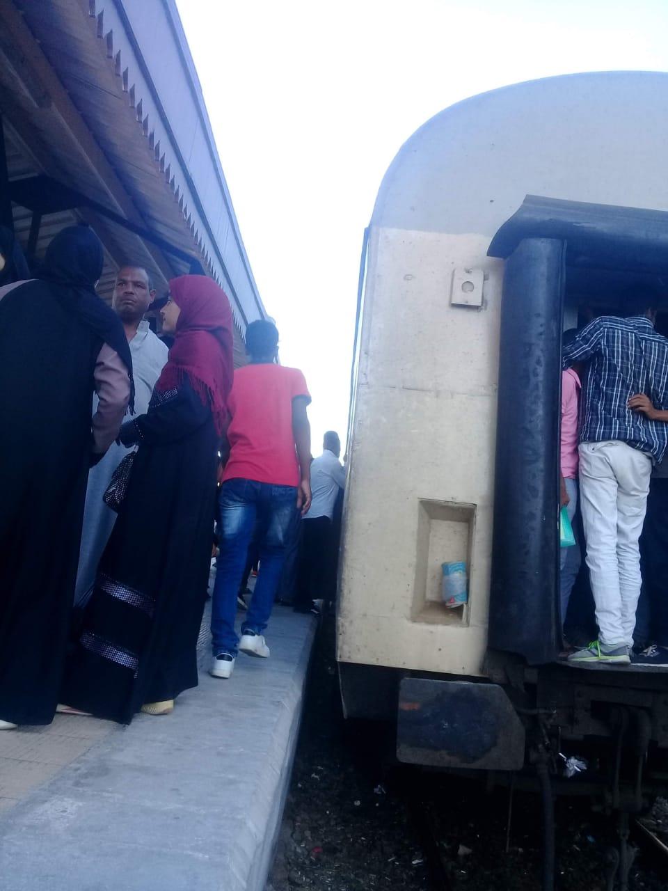 زحام شديد على قطار ركاب قنا الاقصر  (1)