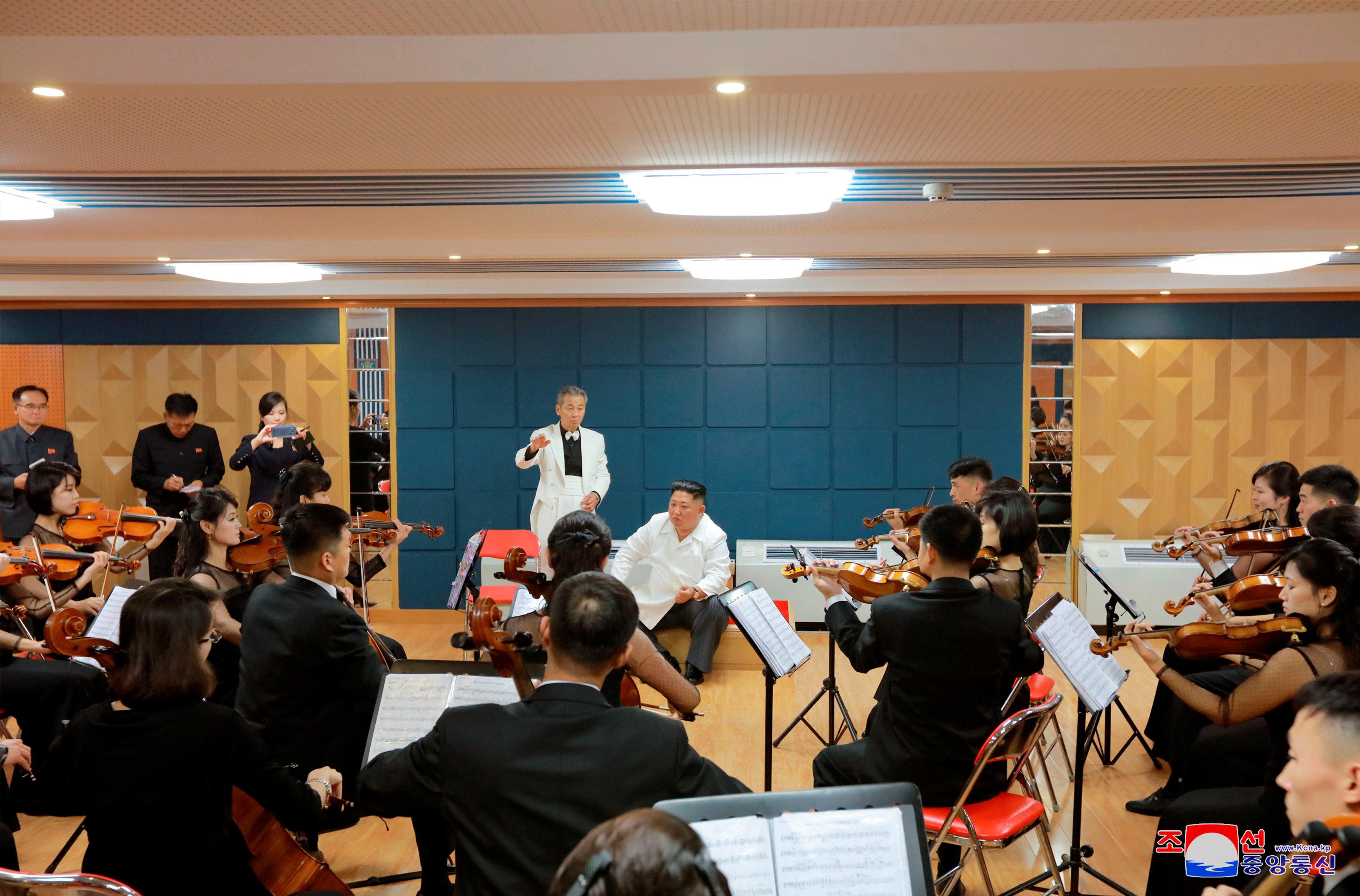 كيم جونج أون يتفقد أحد الفرق الموسيقية والغنائية التى أحيت الاحتفالات