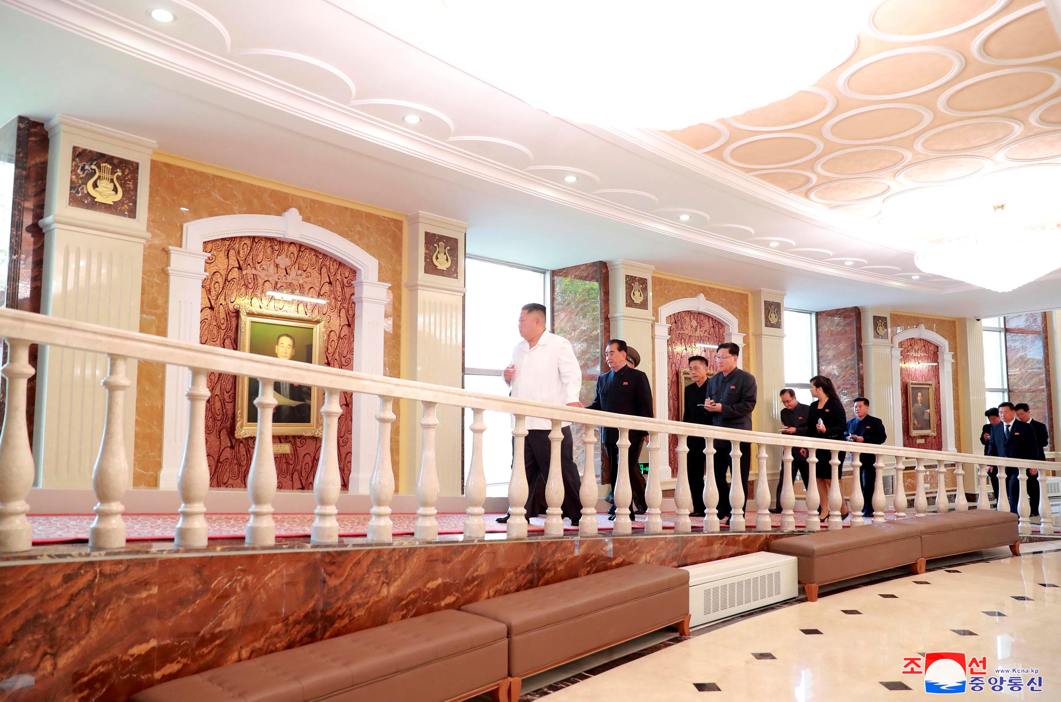 زعيم كوريا الشمالية فى طريقه للمسرح القومى ببيونج يانج