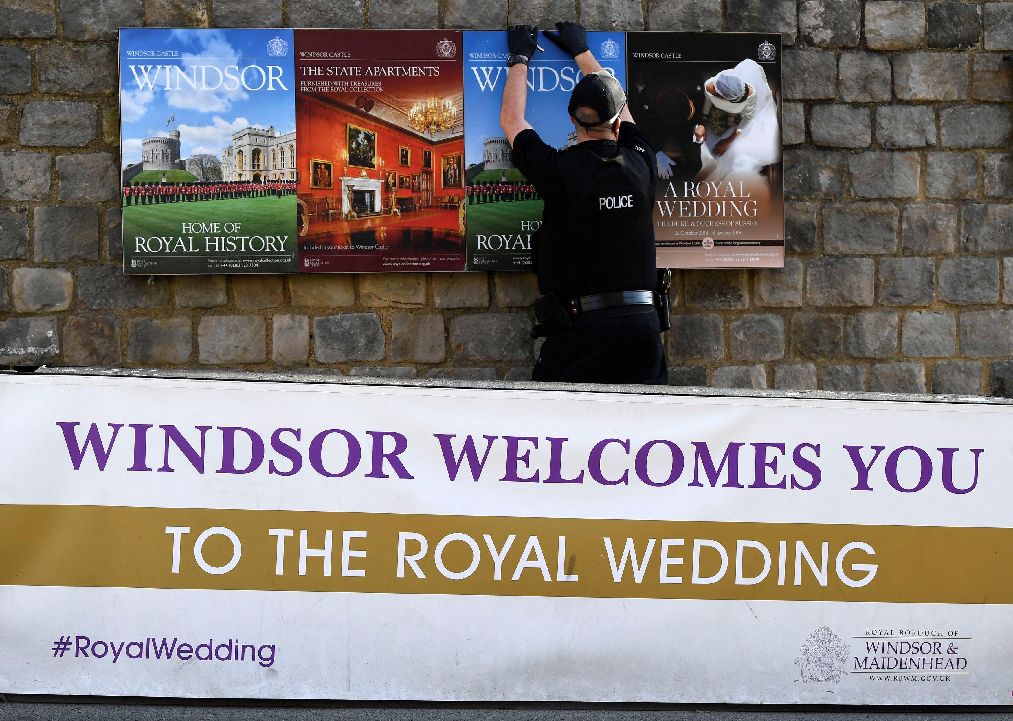 لافتات ترحب بالزفاف الملكى