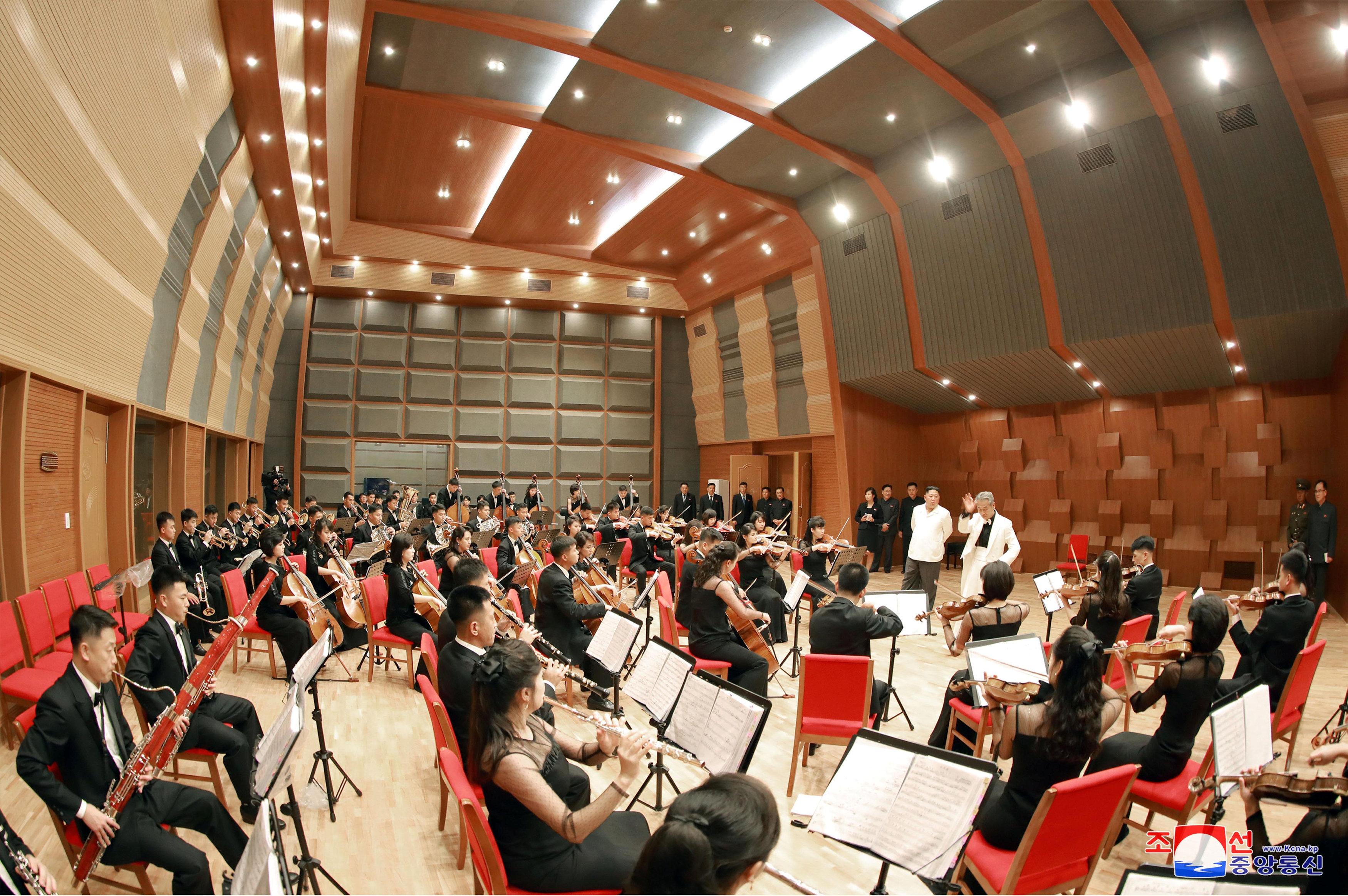 عرض موسيقى بحضور الزعيم فى كوريا الشمالية